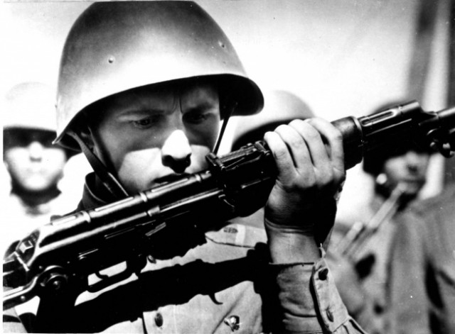 Великая страна СССР,советский солдат с автоматом